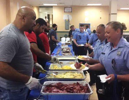 มัสยิดเมืองฟิลาเดลเฟียเลี้ยงอาหารเช้าแก่ตำรวจ ก่อนออกปฏิบัติหน้าที่ในวันเปอร์โตริกันพาเหรด